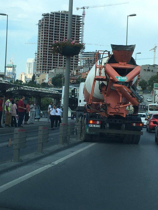 beton-mikseri-metrobus-yoluna-girdi.jpeg