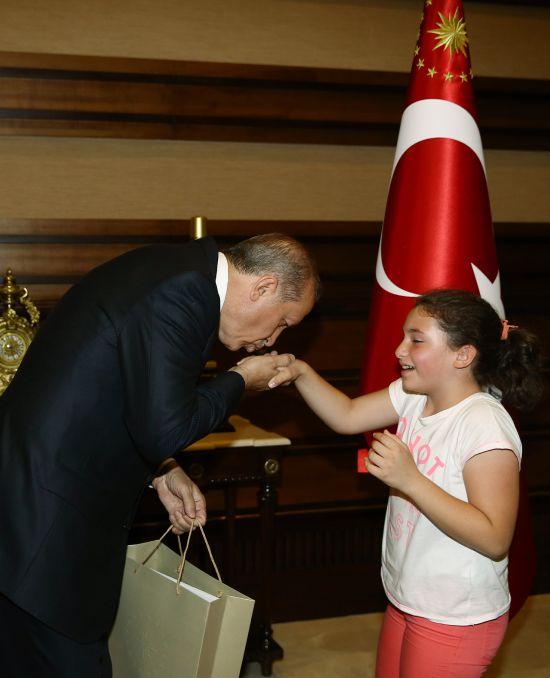 cumhurbaskani-erdogan-cocuklarla-bir-araya-geldi-001.jpg