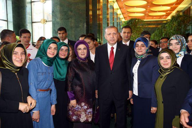 cumhurbaskani-erdogan-gencleri-agirladi-001.jpg