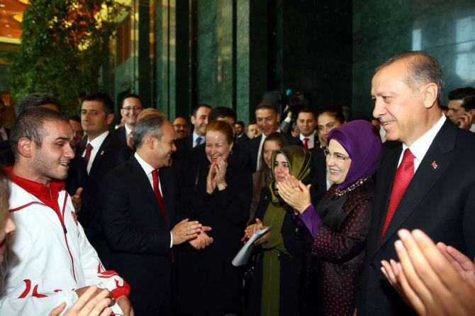 cumhurbaskani-erdogan-gencleri-agirladi-002.jpg