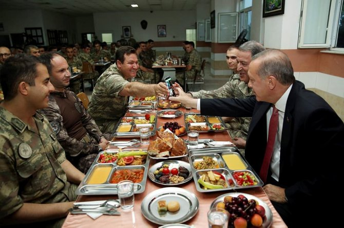 cumhurbaskani-erdogan-mehmetciklerle-beraber-yemek-yedi-001.jpg