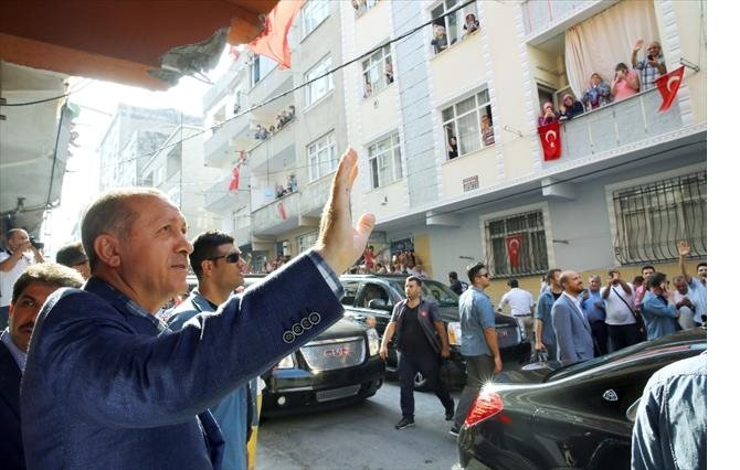 cumhurbaskani-erdogan-tek-tek-sehitlerin-ailelerini-ziyaret-ediyor-001.jpg