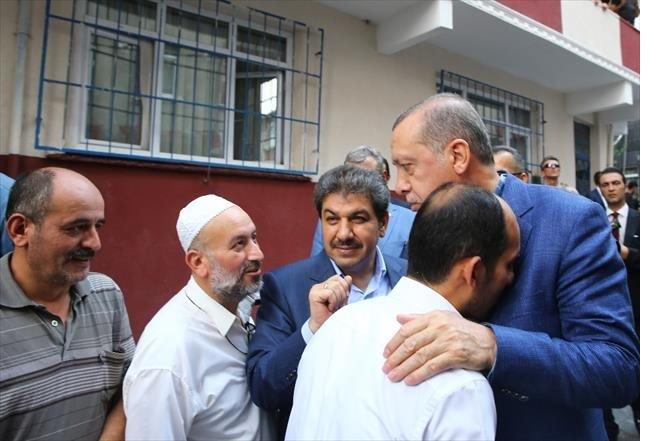 cumhurbaskani-erdogan-tek-tek-sehitlerin-ailelerini-ziyaret-ediyor-002.jpg