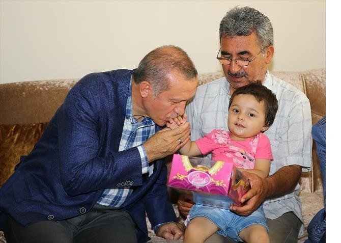 cumhurbaskani-erdogan-tek-tek-sehitlerin-ailelerini-ziyaret-ediyor.jpg