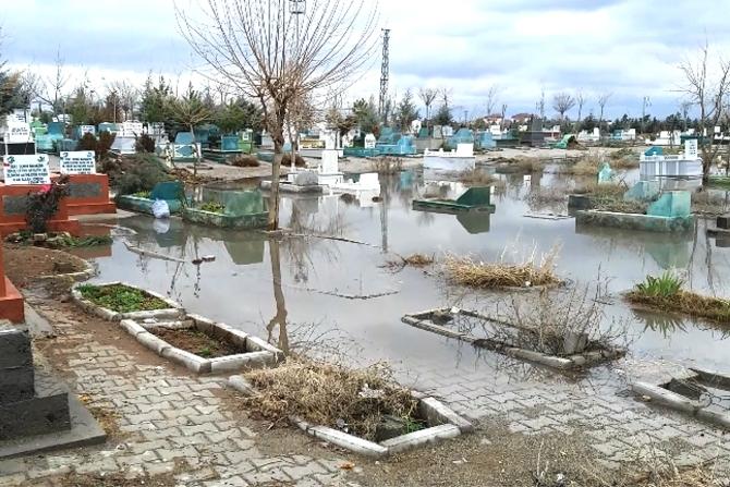 diyarbakir'da-mezarlik-sular-altinda-kaldi-002.jpg
