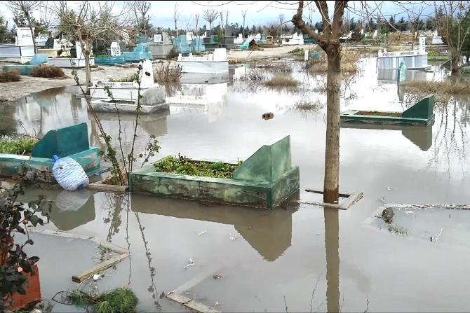 diyarbakir'da-mezarlik-sular-altinda-kaldi-003.jpg
