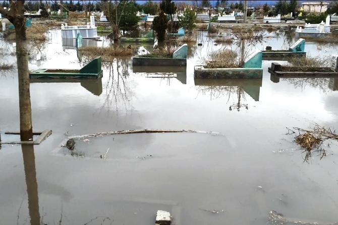 diyarbakir'da-mezarlik-sular-altinda-kaldi.jpg