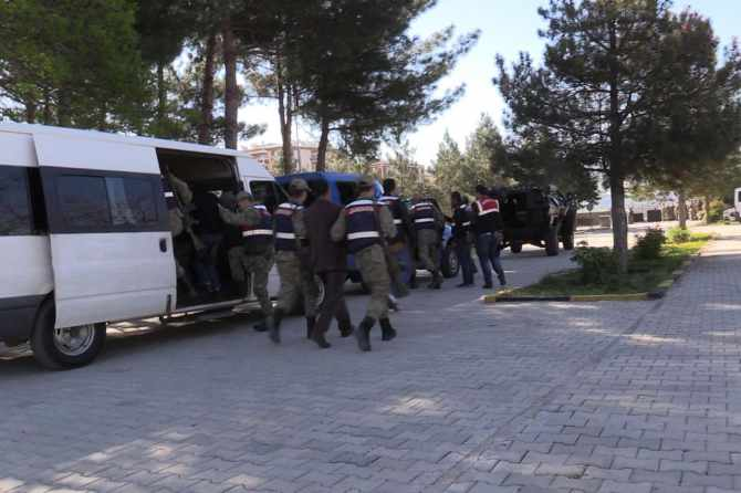 diyarbakir'da-pkk-operasyonlari-7-gozalti.jpg