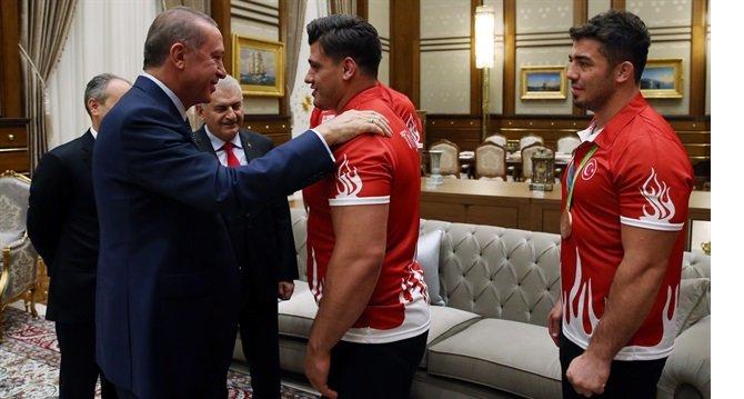 erdogan,-madalya-kazanan-turk-sporculari-kulliyede-kabul-etti.jpg