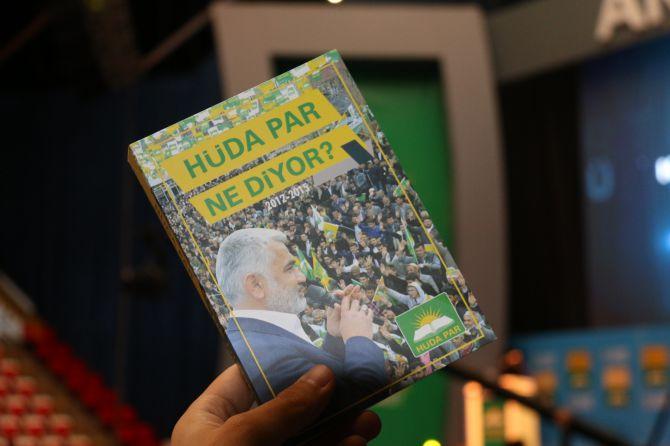 huda-parin-2inci-olagan-buyuk-kongresinde-delegelere-kitap-hediye-edildi-001.jpg