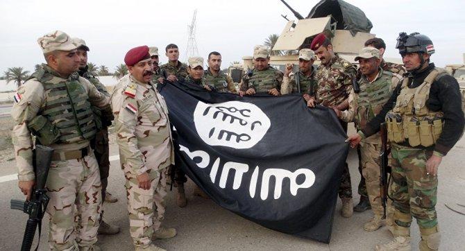 irak-askerleri,-isid'den-geri-aldiklari-ramadi'de-bir-binadan-indirdikleri-orgut-bayragi-ile-poz-verdi.jpg