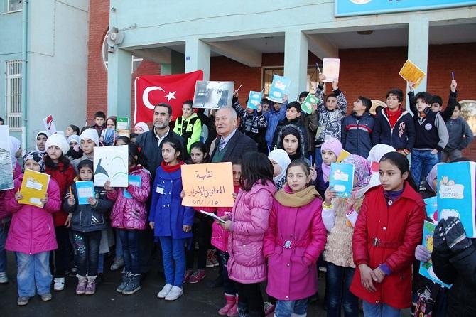 suriyeli-siginmacilar-rusya'nin-okul-saldirilarini-protesto-etti-003.jpg