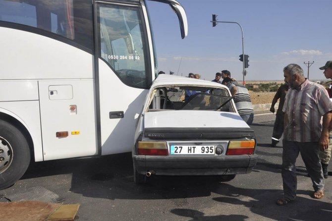 yolcu-otobusu-ile-otomobil-carpisti-1-olu-001.jpg