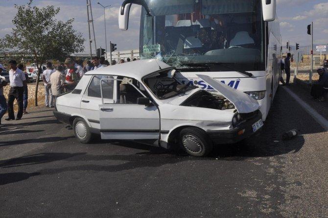 yolcu-otobusu-ile-otomobil-carpisti-1-olu.jpg